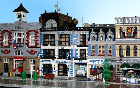 LEGO Modular Police Station by ezzkazz